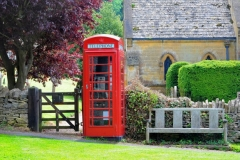 red-phone-booth-in-the-field_1147-414
